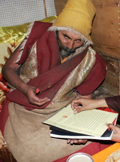 夏珠秋楊法王在他寫給三世多杰羌佛的祝賀函上剛剛蓋上指紋印。