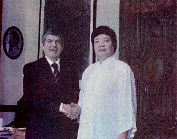 美洲國家組織秘書長凱薩.蓋維瑞雅(左)與義雲高大師(H.H.第三世多杰羌佛)共同觀賞韻雕作品。