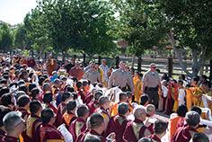 數千人手執哈達虔誠跪地迎請,口中高呼南無第三世多杰羌佛。